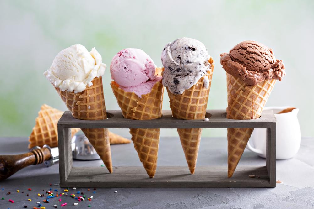 Vemos alguns sorvetes expostos: creme, morango, flocos e chocolate, respectivamente (imagem ilustrativa).