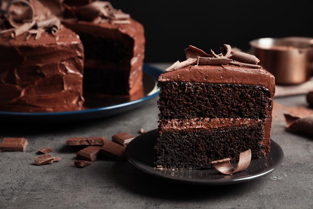 Vemos uma fatia de um bolo de chocolate (imagem ilustrativa).
