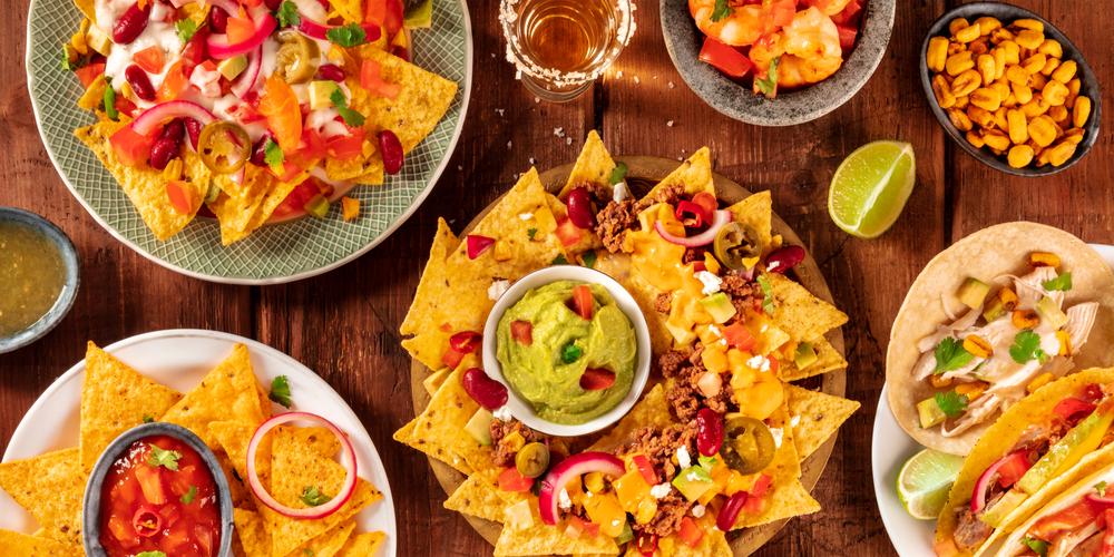 Vemos alguns pratos mexicanos: tacos, camarão e guacamole (imagem ilustrativa). Texto: franquias baratas 2021.