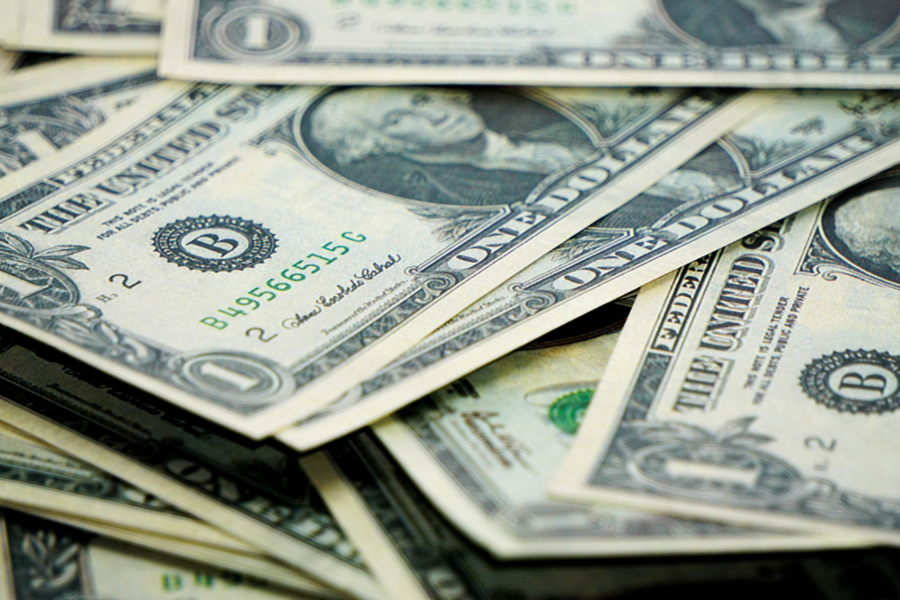 Vemos várias notas de dólar (imagem ilustrativa).