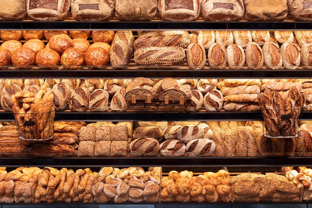 Vemos uma prateleira cheias de pães (imagem ilustrativa). Texto: franquias baratas 2021.