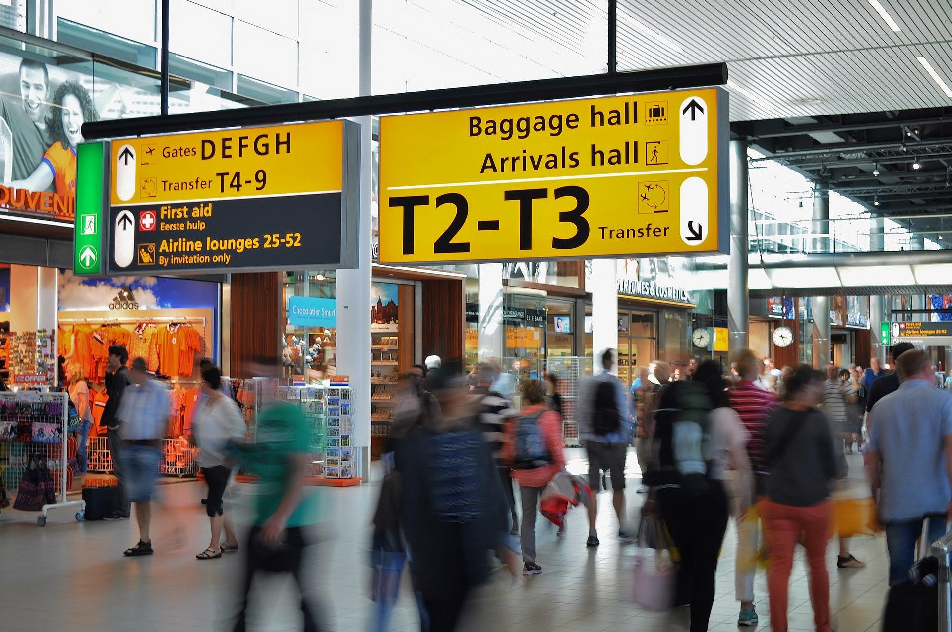 Vemos o saguão de um aeroporto (imagem ilustrativa). Texto: franquias baratas e lucrativas.