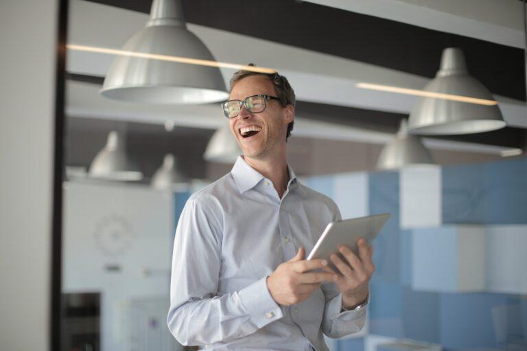Imagem de um homem de óculos sorrindo. Imagem ilustrativa texto franquia boa e barata.