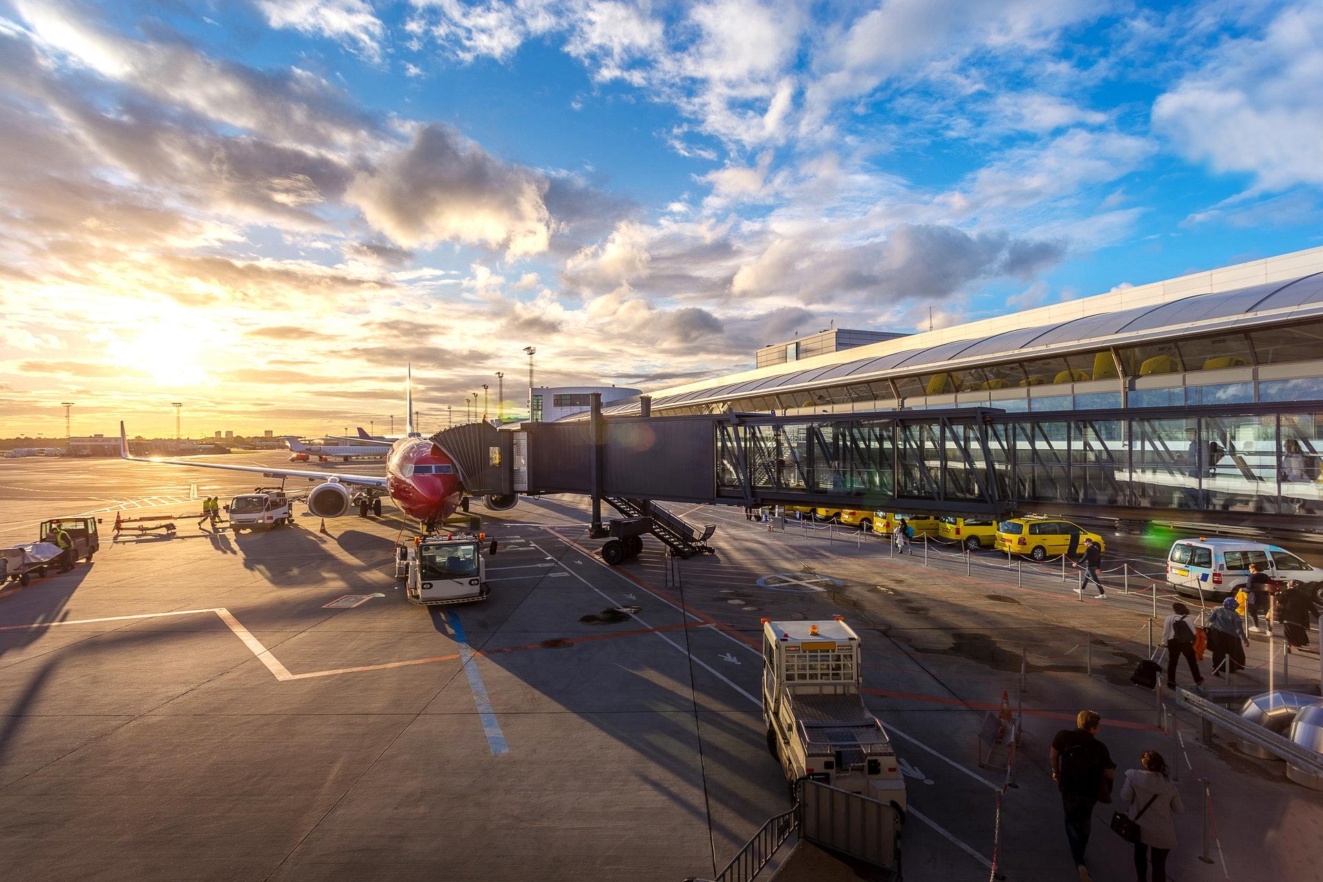 Imagem de um avião em ma pista de aeroporto. Imagem ilustrativa texto ideias de negócio.