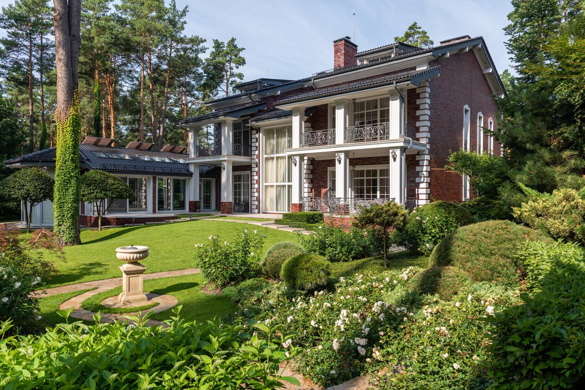 Imagem de um jardim e uma casa ao fundo. Imagem ilustrativa texto ideias de negócio.
