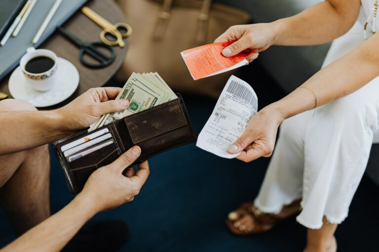 Imagem de uma pessoa passando dinheiro para outra. Imagem ilustrativa texto ideias de negócio.