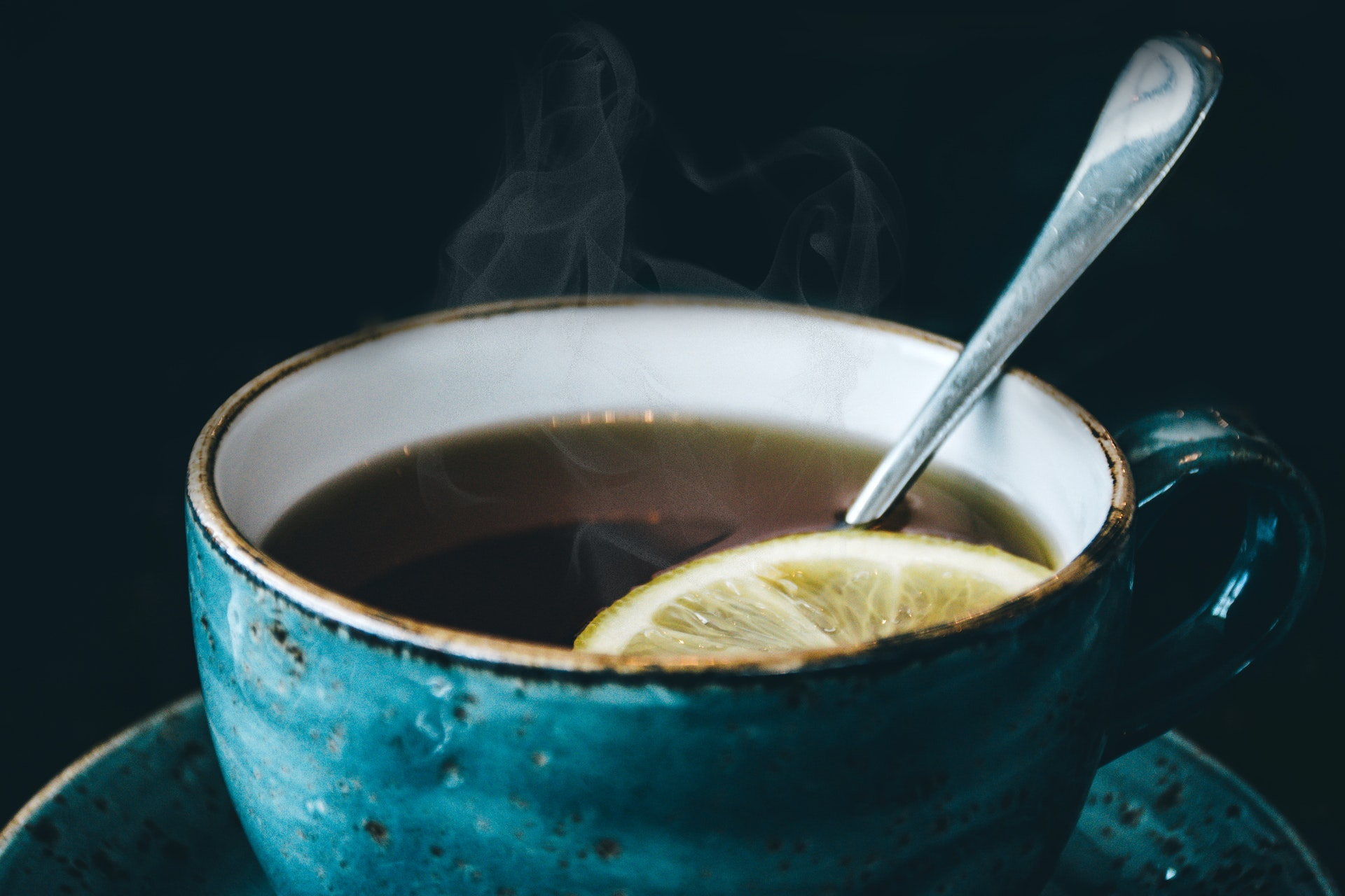 Vemos uma xícara de chá com uma rodela de limão dentro (imagem ilustrativa). Texto: melhores franquias de sucesso.
