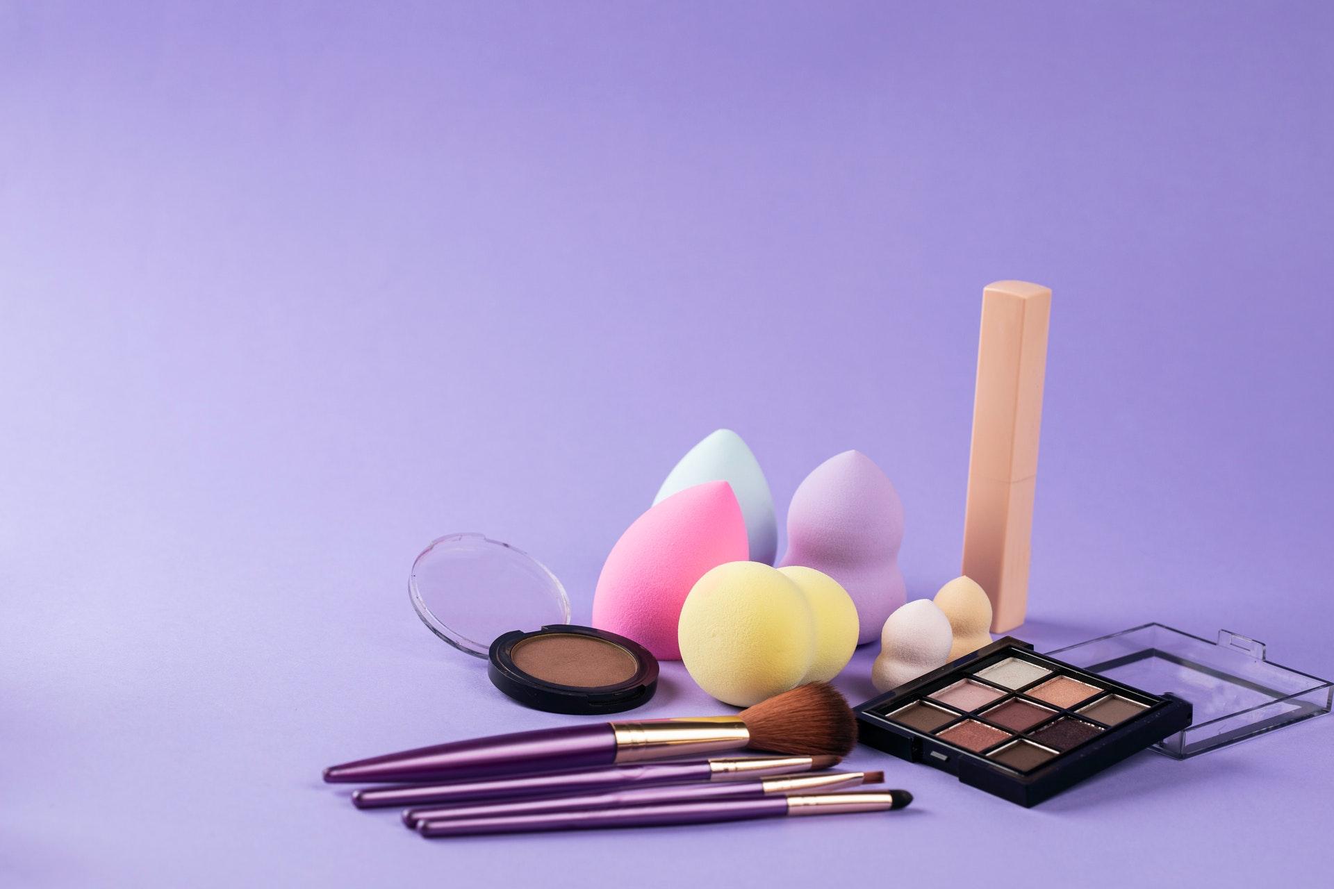 Vemos vários acessórios e maquiagem (imagem ilustrativa).