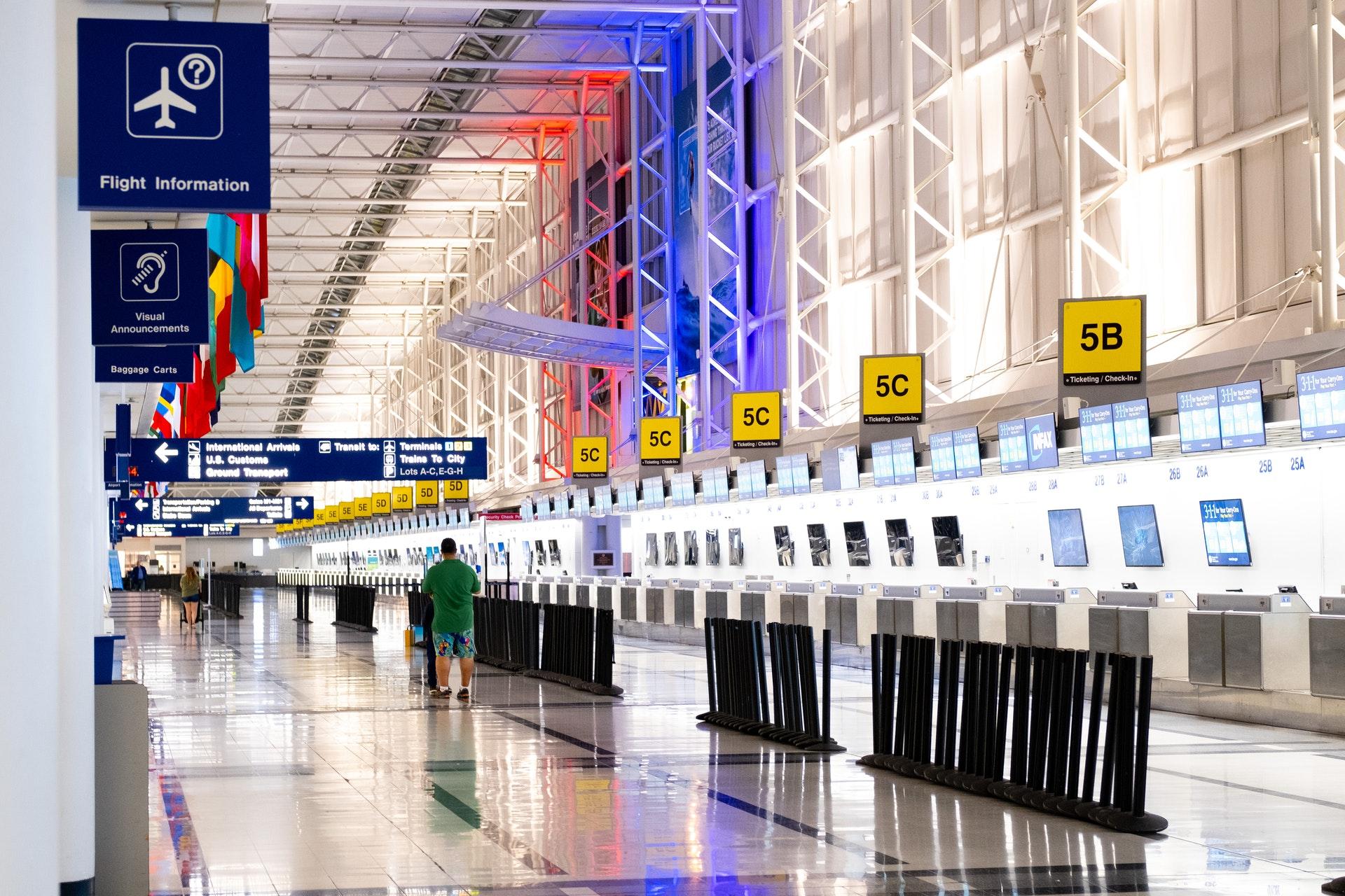 Vemos o saguão de embarque de um aeroporto (imagem ilustrativa). Texto: negócios baratos e lucrativos.