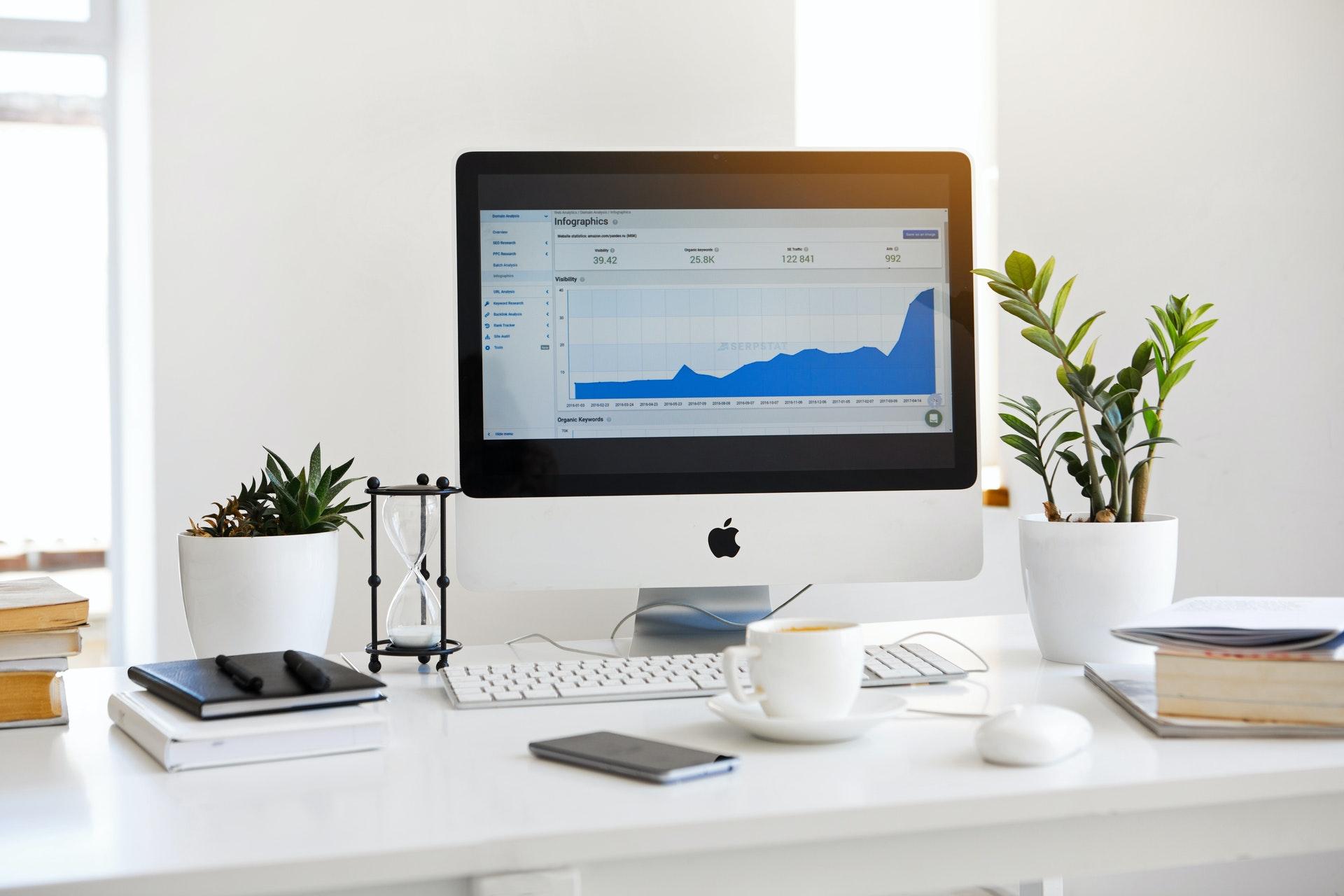 Vemos um computador com gráficos em tela (imagem ilustrativa).