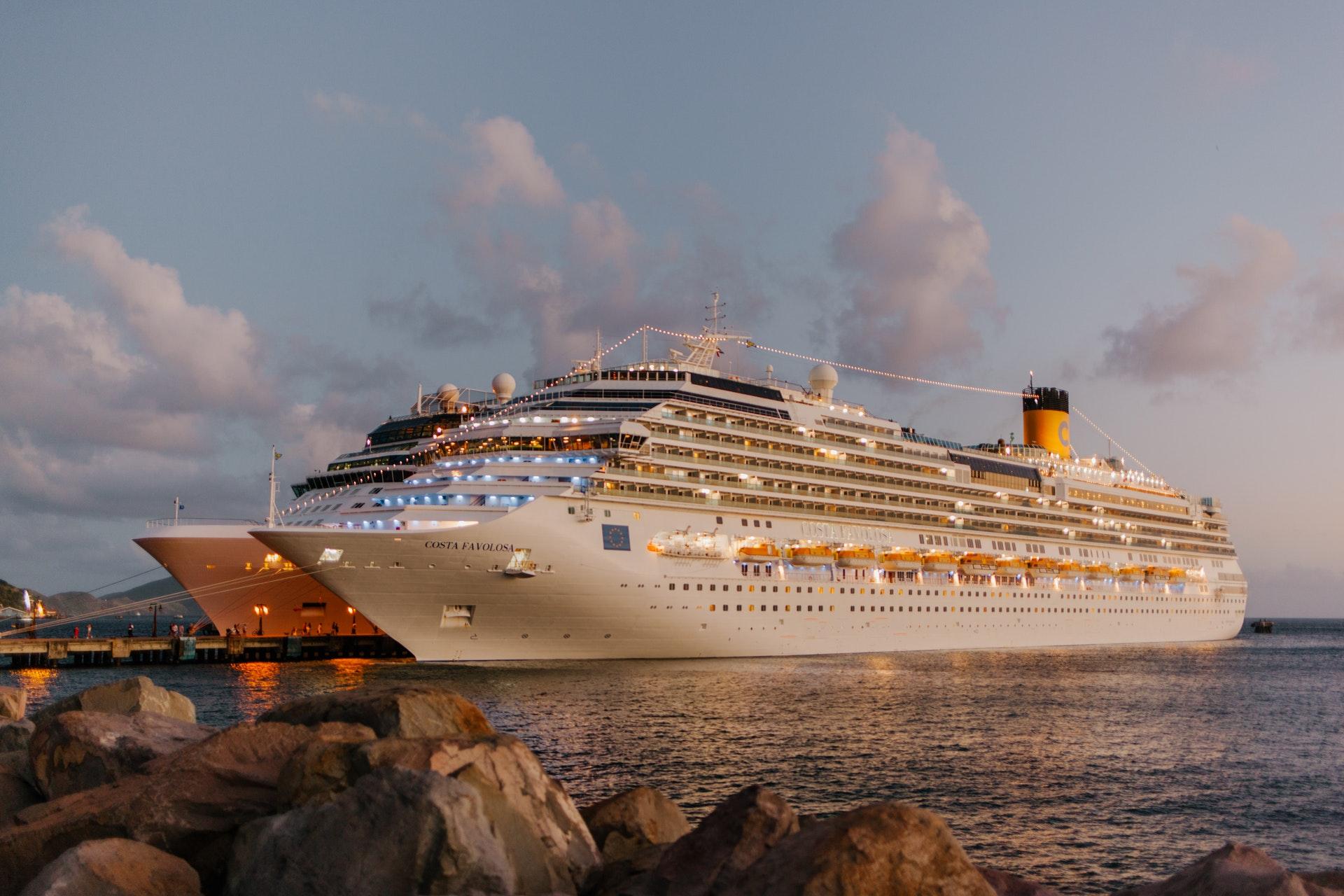 Vemos um grande navio de cruzeiro (imagem ilustrativa). Texto: tendências de negócios.