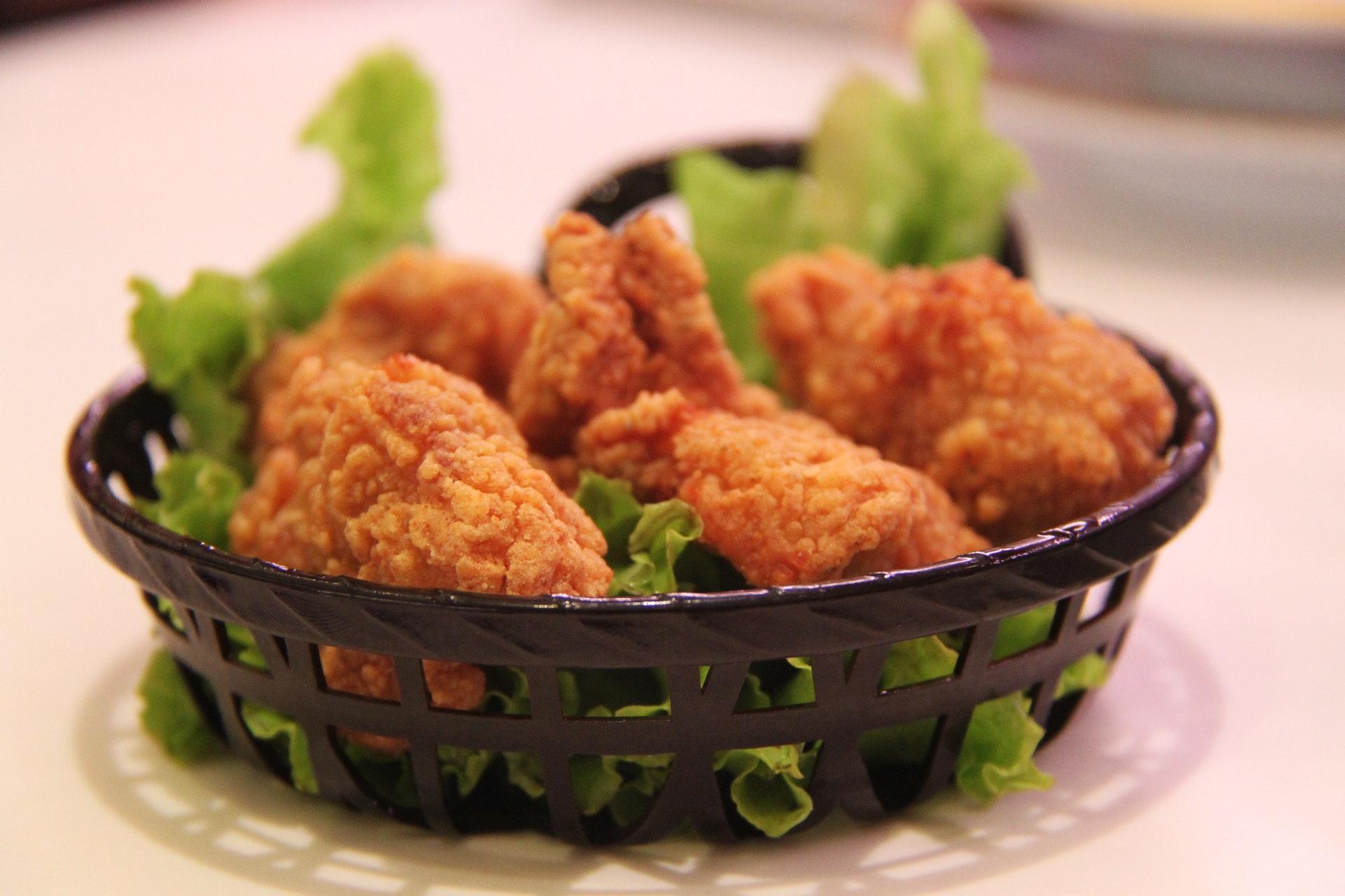 Vemos pedaços de frango frito em uma bandeja (imagem ilustrativa).