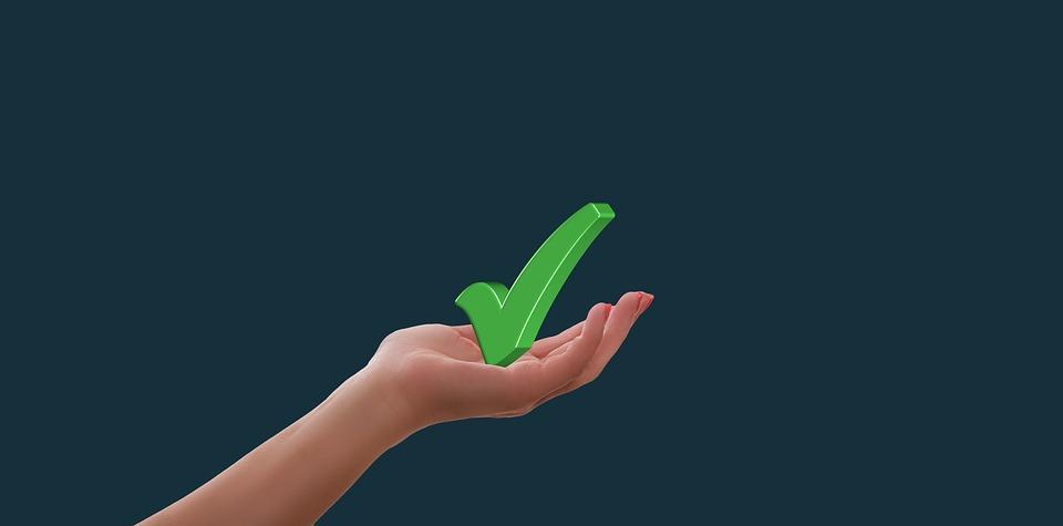 símbolo de check na mão de alguém imagem ilustrativa vantagens de abrir franquia