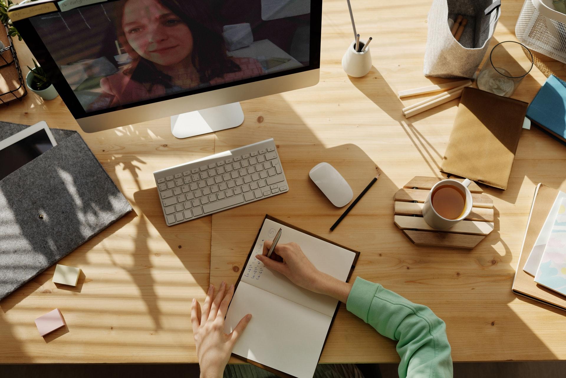 Vemos uma pessoa conversando com outras em uma videochamada (imagem ilustrativa). Texto: vantagens de ter uma franquia.