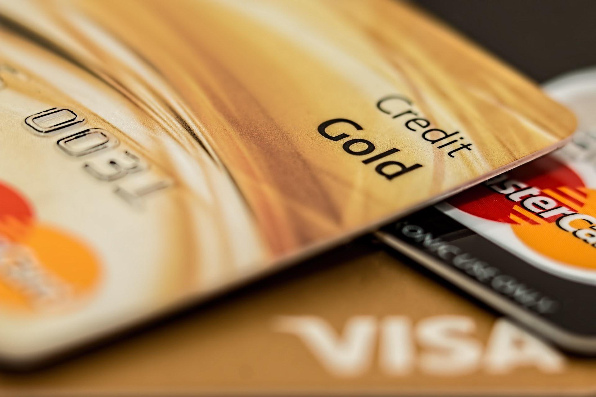 Vemos dois cartões de crédito em close (imagem ilustrativa).