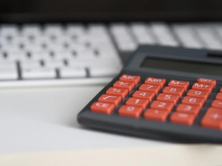 calculadora sobre a mesa imagem ilustrativa texto conceitos finanças abrir uma franquia