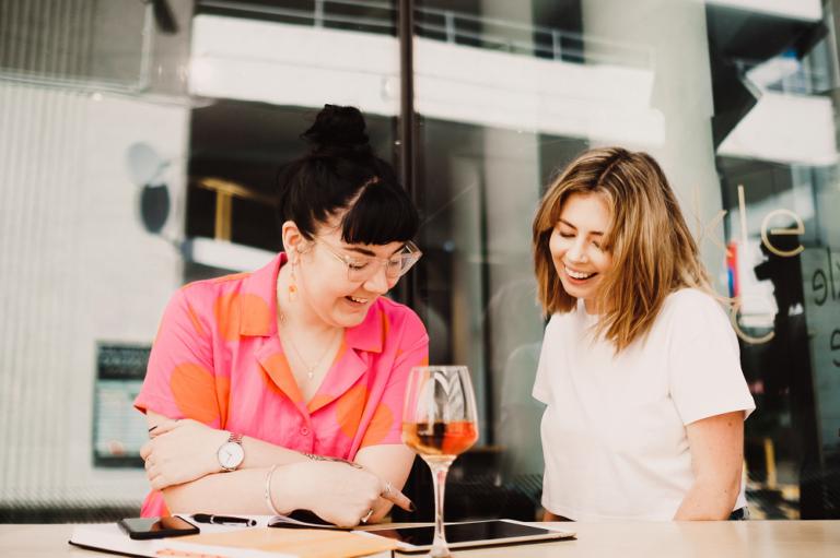 mulher sendo atendida por outra em restaurante imagem ilustrativa como montar negócio