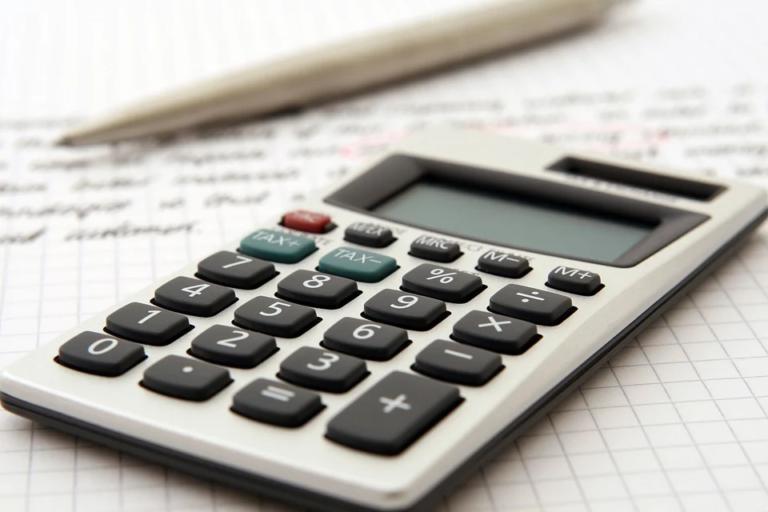 calculadora sobre mesa imagem ilustrativa dicas financeiras franquia