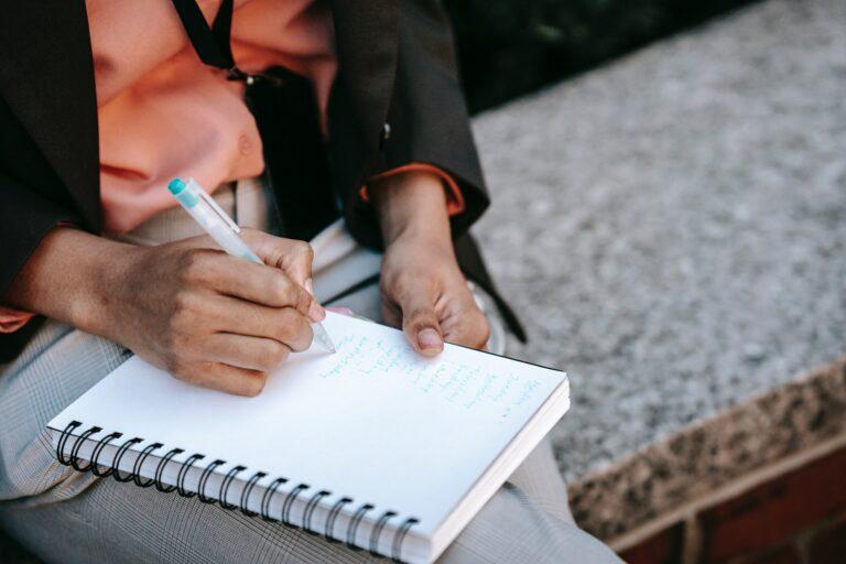 Imagem de uma pessoa anotando em um caderno. Imagem ilustrativa texto fatos sobre franquia.