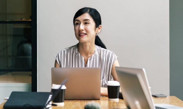 mulher em frente ao notebook sorrindo imagem ilustrativa artigo franquia é boa opção