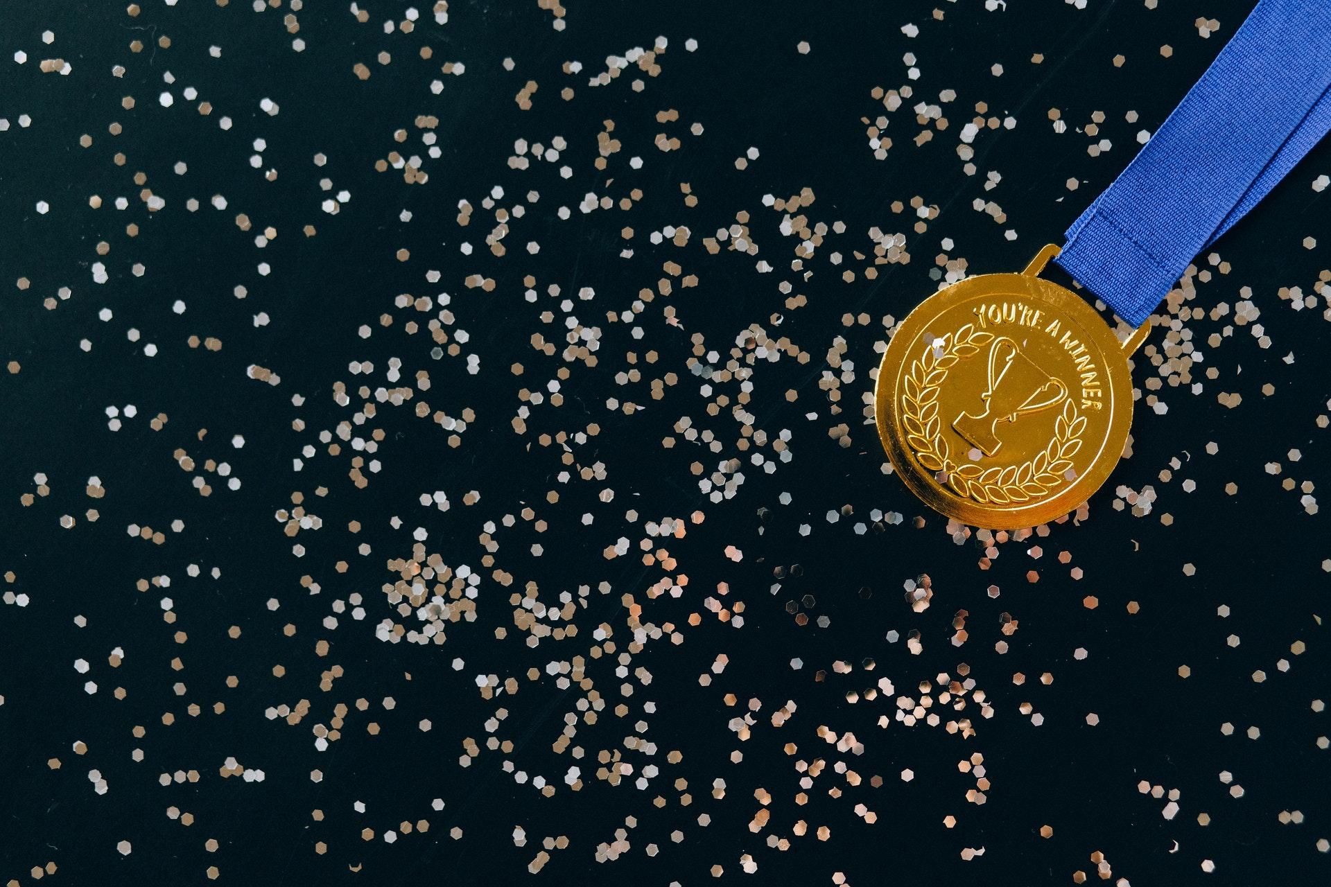 Imagem de uma medalha de ouro. Imagem ilustrativa texto melhores franquias para 2022.