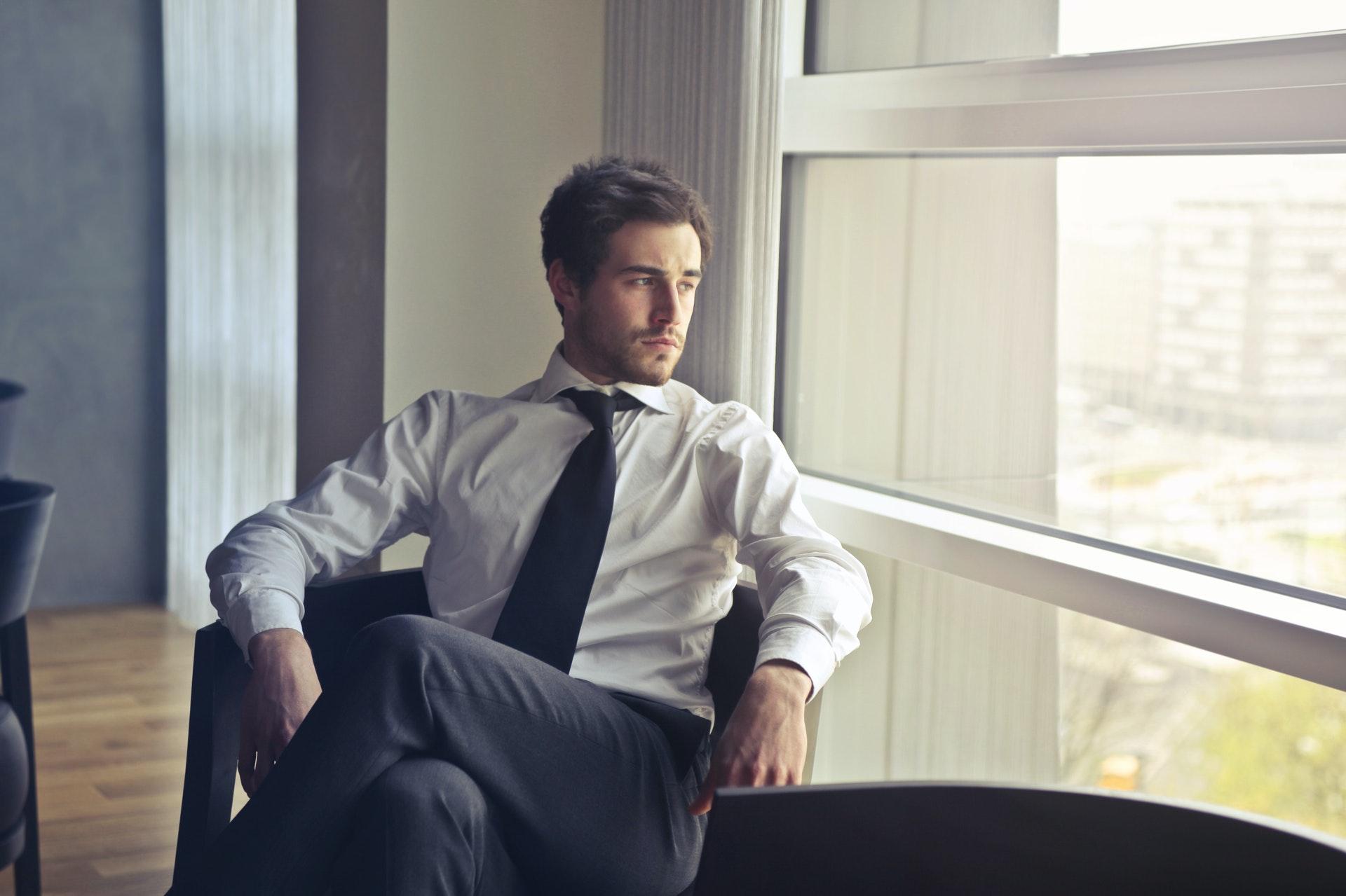 Imagem de um empresário ao lado de uma janela olhando para fora. Imagem ilustrativa texto mvp de franquia.