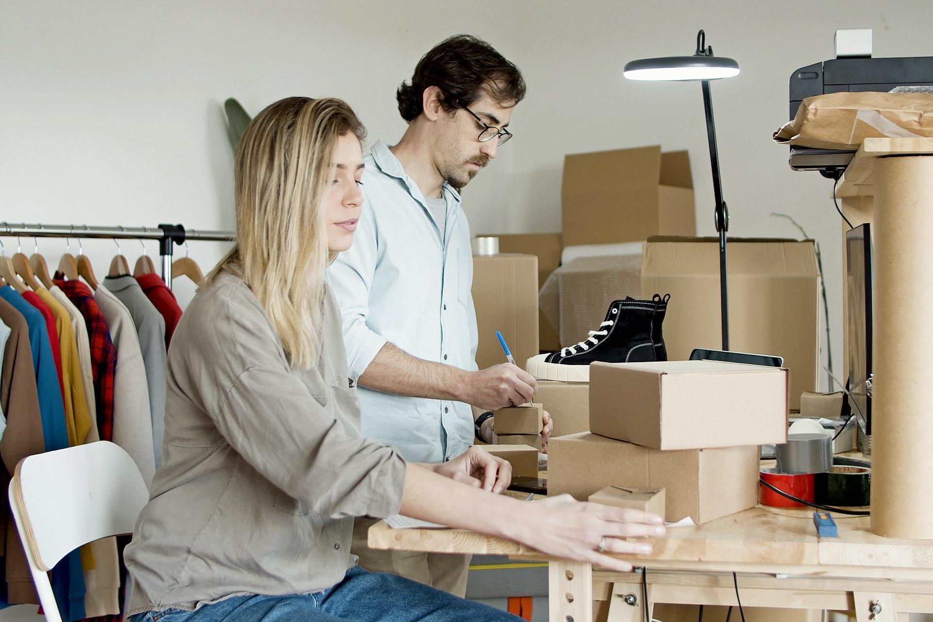 Imagem de um casal trabalhando. Imagem ilustrativa texto mvp de franquia.