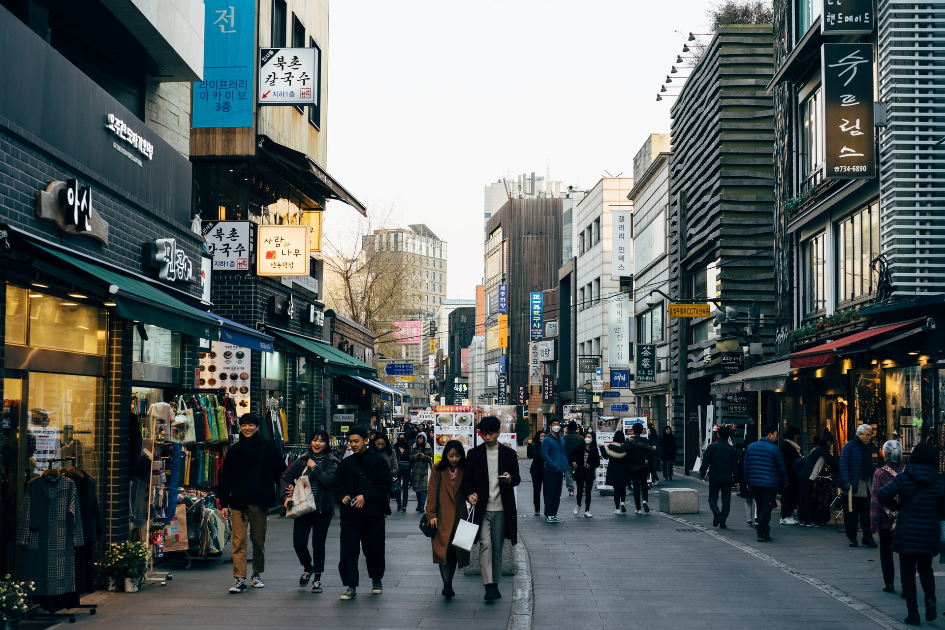 Imagem de uma rua cheia de pessoas e prédios em volta. Imagem ilustrativa texto ponto comercial de uma franquia.